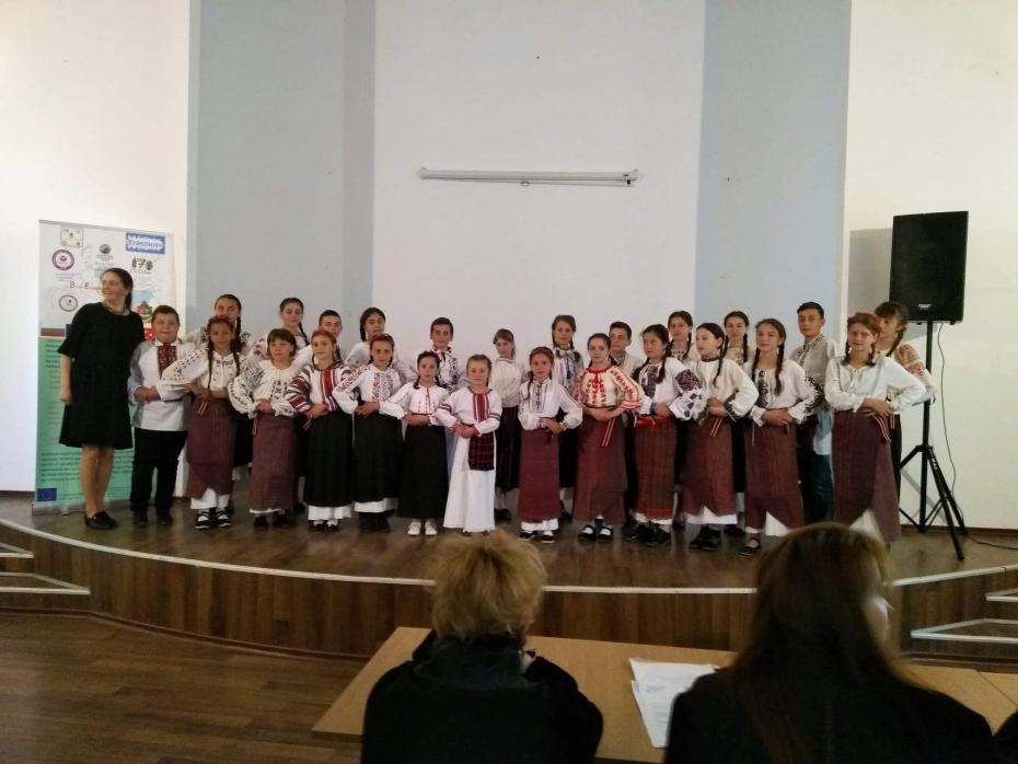 """Grupul vocal """"Hurgheșelu"""", în fața juriului, pe scena Clubului Copiilor din Hîrlău"""